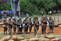 De militairen bevinden zich op een rij Stock Foto
