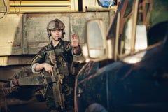 De militairen bij de controlepost hielden een auto tegen royalty-vrije stock afbeeldingen