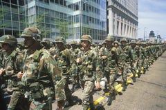 De militairen die in het Leger van Verenigde Staten marcheren paraderen, Chicago, Illinois stock afbeelding