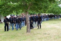 De militairen die van de Burgeroorlog aan slag marcheren Stock Foto's