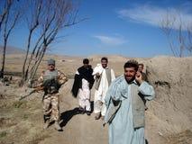 De militairen die van de NAVO info in Afghanistan verkrijgen stock fotografie
