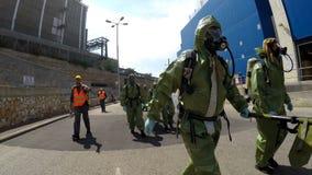 De militairen dragen brancards om gelaedeerde te helpen Stock Afbeeldingen