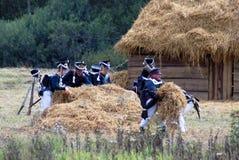De militairen dragen hooi Stock Fotografie