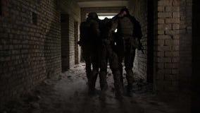 De militairen evacueren verwonde kameraad van slagveld stock video