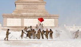 De militairen genieten van sneeuw in Vierkant Tiananmen Royalty-vrije Stock Afbeeldingen