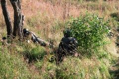 De militairen in het bos Stock Afbeeldingen