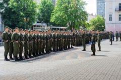 de militairen in het vierkant nemen een eed van trouw aan hun land royalty-vrije stock afbeelding