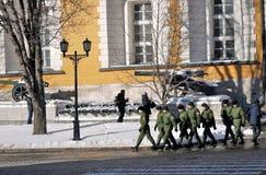 De militairen lopen in Moskou het Kremlin De Plaats van de Erfenis van de Wereld van Unesco Stock Fotografie