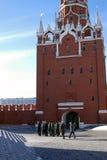 De militairen lopen in Moskou het Kremlin De Plaats van de Erfenis van de Wereld van Unesco stock afbeeldingen