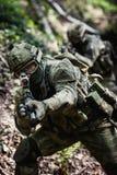 De militairen oefenen in dagexploratie uit Stock Afbeelding