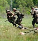 De militairen rennen in slag Stock Afbeeldingen