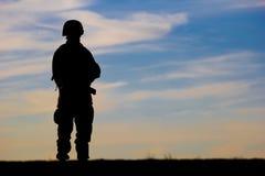De militairen silhouetteren stock afbeeldingen