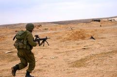 De militairen vallen aan Stock Foto's