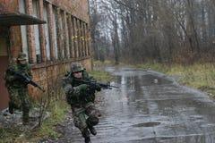 de militairen vallen aan   Royalty-vrije Stock Afbeelding
