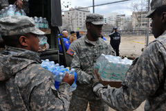 De militairen van de Marine van de V.S. helpt mensen Stock Afbeelding