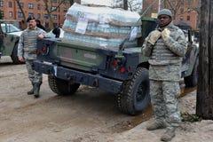De militairen van de Marine van de V.S. helpt mensen Royalty-vrije Stock Foto