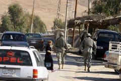 DE MILITAIREN VAN HET LEGER VAN DE V.S. IN IRAK stock fotografie