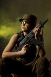 De militairen van het meisje in de rook Stock Afbeelding