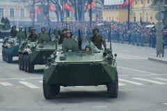 De militairen van het Russische Leger op gepantserde personeelsdragers btr-82A nemen aan de militaire parade ter ere van Victory  Stock Foto's