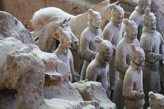 De militairen van het steenleger met paardstandbeeld, Terracottaleger in Xian, China Stock Fotografie