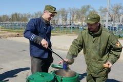 De militairen van interne troepen in de gebiedskeuken Stock Foto's
