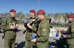 De militairen van interne troepen in de gebiedskeuken Stock Foto