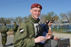 De militairen van interne troepen in de gebiedskeuken Royalty-vrije Stock Foto