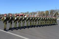 De militairen van interne troepen van MIA van Rusland treffen om op rood vierkant te paraderen voorbereidingen Royalty-vrije Stock Foto
