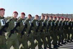 De militairen van interne troepen van MIA van Rusland treffen om op rood vierkant te paraderen voorbereidingen Royalty-vrije Stock Afbeelding