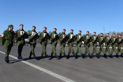 De militairen van interne troepen van MIA van Rusland treffen om op rood vierkant te paraderen voorbereidingen Stock Afbeelding