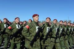 De militairen van interne troepen van MIA van Rusland treffen om op rood vierkant te paraderen voorbereidingen Stock Foto's
