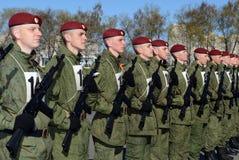 De militairen van interne troepen van MIA van Rusland treffen om op rood vierkant te paraderen voorbereidingen Stock Fotografie