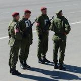 De militairen van interne troepen van MIA van Rusland treffen om op rood vierkant te paraderen voorbereidingen Stock Foto