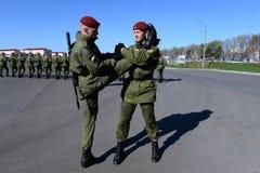 De militairen van interne troepen van MIA van Rusland treffen om in rood vierkant te paraderen voorbereidingen Stock Afbeeldingen