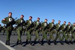 De militairen van interne troepen van MIA van Rusland treffen om in rood vierkant te paraderen voorbereidingen Stock Foto