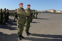 De militairen van interne troepen van MIA van Rusland treffen om in rood vierkant te paraderen voorbereidingen Stock Fotografie