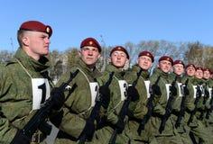 De militairen van interne troepen van MIA van Rusland treffen om in rood vierkant te paraderen voorbereidingen Stock Foto's