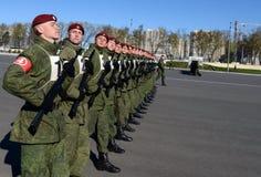 De militairen van interne troepen van MIA van Rusland treffen om in rood vierkant te paraderen voorbereidingen Royalty-vrije Stock Foto
