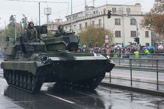 De militairen van Tsjechisch Leger berijden licht verkenning en toezichtvoertuig Snezka op militaire parade royalty-vrije stock fotografie