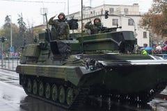 De militairen van Tsjechisch Leger berijden licht verkenning en toezichtvoertuig Snezka op militaire parade stock foto's
