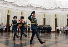 De militairen van wacht van eer leggen een mand van bloemen in de zaal van militaire glorie het Museum van de grote Patriottische Royalty-vrije Stock Afbeeldingen