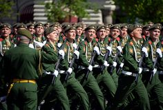 De militairen van de 2de Wachten motoriseerden de Afdeling van Geweertaman tijdens de parade op Rood Vierkant ter ere van Victory Stock Foto's