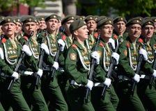 De militairen van de 2de Wachten motoriseerden de Afdeling van Geweertaman tijdens de parade op Rood Vierkant ter ere van Victory Stock Afbeeldingen