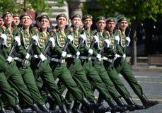 De militairen van de 2de Wachten motoriseerden de Afdeling van Geweertaman tijdens de parade op Rood Vierkant ter ere van Victory Royalty-vrije Stock Afbeeldingen