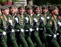 De militairen van de 2de Wachten motoriseerden de Afdeling van Geweertaman tijdens de parade op Rood Vierkant ter ere van Victory Stock Afbeelding