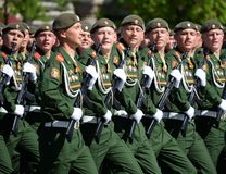 De militairen van de 2de Wachten motoriseerden de Afdeling van Geweertaman tijdens de parade op Rood Vierkant ter ere van Victory Royalty-vrije Stock Afbeelding
