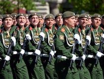De militairen van de 2de Wachten motoriseerden de Afdeling van Geweertaman tijdens de parade op Rood Vierkant ter ere van Victory Royalty-vrije Stock Foto's