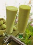 De milkshakes van de amandel en van de avocado Royalty-vrije Stock Afbeeldingen