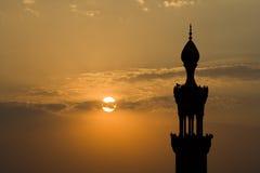 De Minaret van de Moskee van Kaïro bij Schemer Stock Foto