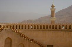 De minaret van het Nizwakasteel, Oman stock fotografie
